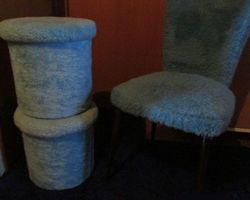 Chaise , 2 poufs et 2 tapis moumoute, PROMO :  100 €