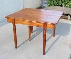 Table de salle à manger carrée , 6 pieds en merisier ,vendu