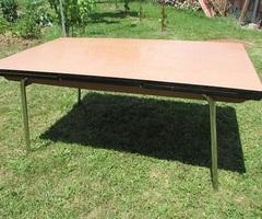 Table de cuisine des années 70 , en formica , dimensions atypiques ,vendu