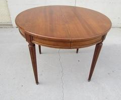 Petite table ouvrante jusqu'à 12 personnes en merisier ,vendu