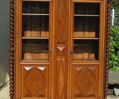 Bibliothèque en noyer , vitrine de style Louis XIII