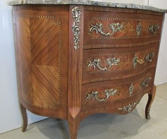 Commode galbée marquetée Style Louis XV