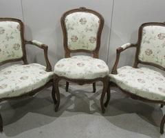 Deux fauteuils cabriolet et une chaise Louis XV