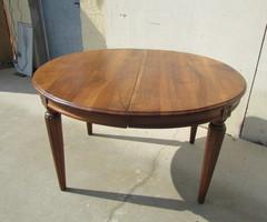 Table ovale, ouvrante sur deux allonges, en noyer