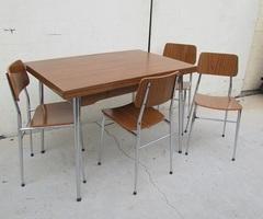 Table et ses 4 chaises assorties en formica ,vendu