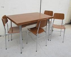 Table et ses 4 chaises assorties en formica