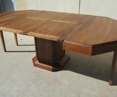 Table octogonale art déco ouvrante pour recevoir jusqu'à 14 personnes