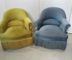 Paire de fauteuils crapaud , un bleu et un jaune