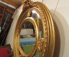 Grand miroir ovale à parecloses, medaillon