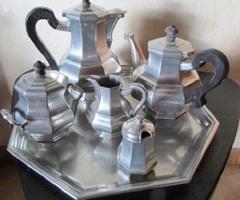 Superbe service à café , à thé en étain, estampillé, vendu