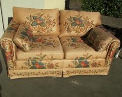 Canapé 2 places fleuri , satiné et matelassé , vendu