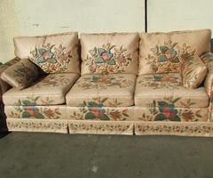 Canapé 3-4 places , fleuri et satiné