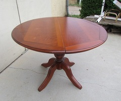 Table ronde ouvrante, en merisier, pied quadripode