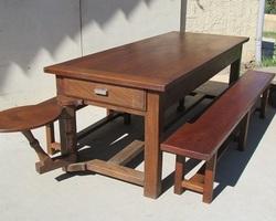 Salle à manger : table et bancs, chêne taillé à l'herminette