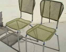 Rare paire de chaises cannées avec des fils de scoubidou