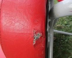 Chauffeuse vintage , de restauration , en skaï rouge