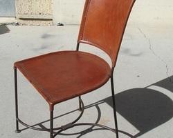 Chaise en fer forgé et cuir artisanale, réservée