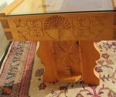 Table de salon en pin, très typée , vitrine