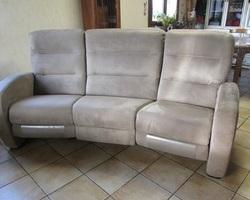 Canapé relax électrique en alcantara de couleur taupe, PROMO : 200 €