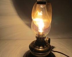 Lampe à poser type lampe à pétrole, electrifiée