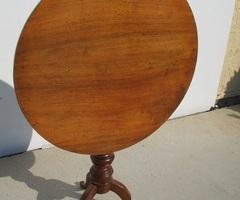Mini table , tripode à plateau basculant en noyer, vendu