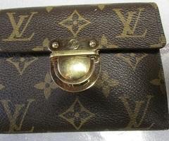 Portefeuille Louis Vuitton modèle Koala Mono en toile monogram marron.vendu