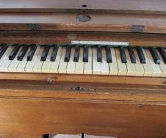 Harmonium vintage en chêne