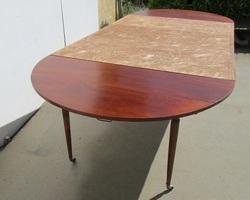 Belle table ronde 6 pieds fuseaux en acajou, extensible
