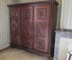 Armoire 3 portes de style Louis XIII, année 70-80, vendue
