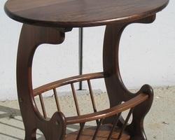 Guéridon, table porte-revue en châtaignier massif