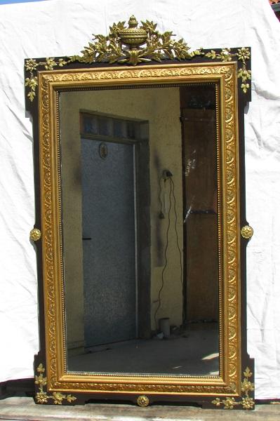 Grand miroir Napoléon III, bois set stuc, noir et or