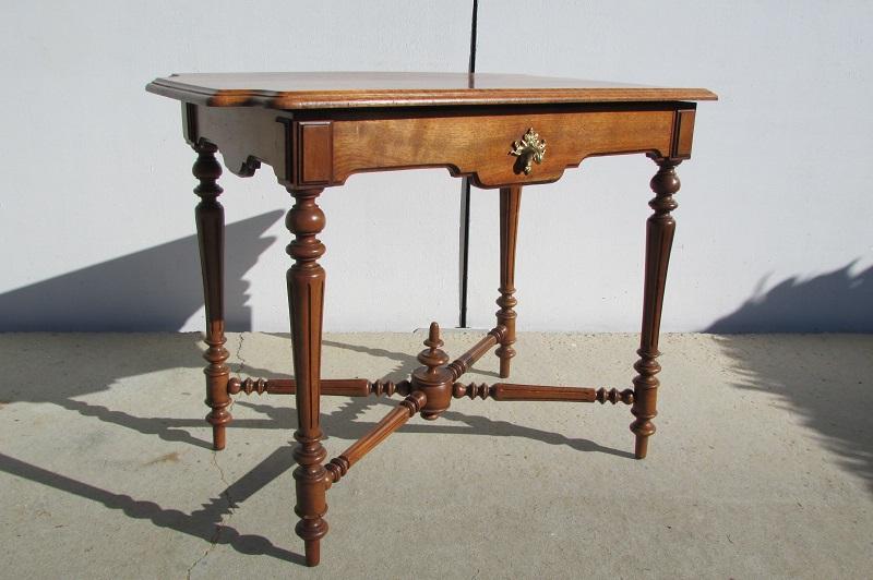 Table d'écriture, table d'appoint en noyer