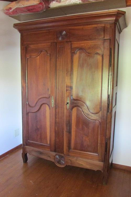 Belle armoire ancienne en noyer massif