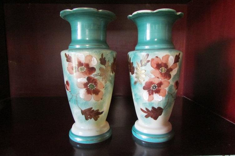 Paire de vases en opaline émaillée, motifs floraux, 1900s